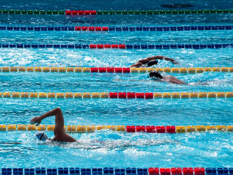 一般用於游泳池的消毒劑(如氯)亦具有殺滅新冠病毒功效,認為病毒於水中傳播風險不高。
