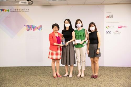(左一)香港中小型企業聯合會會長麥美儀女士頒獎予利潔時香港代表(左至右)高級品牌經理宗思羽小姐、對外事務部部門經理陳美琪小姐及助理對外事務經理李建慧小姐。